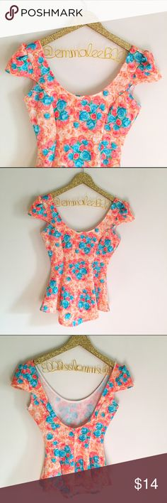 """Windsor Floral Peplum Cropped Top Windsor Floral peplum cropped top. Scoop neck, scoop back. So flattering. Length 22"""", arm to arm across chest 15.5"""". Size M. No modeling/trades. WINDSOR Tops Crop Tops"""