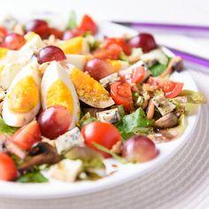 Jajka na kolorowej sałatce #eggs #lettuce #grapes
