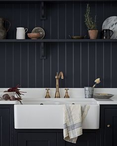More inspiration for my next kitchen. Panelling instead of tiles. Oh yeah. Brass instead of stainless steel. Yes please. Butler sink, shelf, linen, zinc and terracotta. And the contemporary touch? A slick, white Corian worktop. Beautiful. Kitchen by @burbidgekitchens