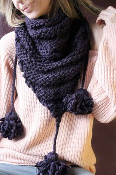 Das süße Dreieckstuch wurde in klassisch gestreiftem Muster gestrickt. An jedem Ende hat es dicke Bommeln, die durch geflochtene Wolle am Tuch befestigt sind :) Das Tuch wärmt dich an kalten Tagen und hübscht dein Outfit auf. Du kannst es als Schal zu vielen verschiedenen Oberteilen und Jacken tragen.  Das Dreieckstuch wurde aus wunderschöner violetter Schachenmayr-Wolle gestrickt.