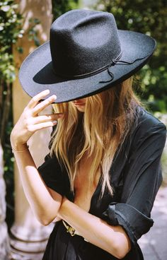 From a vintage and classic style, . inspired hats from lack of color ! Dagli idoli rock & roll e da uno stile cowboy, . fedora e cappelli con pochi colori ! Boho Outfits, Outfits With Hats, Fashion Gone Rouge, Classic Hats, Classic Style, Looks Street Style, Boho Fashion, Womens Fashion, Fashion Hats