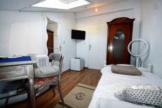 Haus in Poreč, Kroatien. Cooles Zimmer für eine Person im Dachgeschoss eines Vintage Hauses, mitten im Zentrum der kleinen Stadt Poreč in Istrien/ Kroatien. Der erste Strand befindet sich ca. 300 m entfernt. Einkaufsmöglichkeiten in unmittelbarer Nähe  Das ganze Haus ist ...