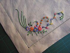 Muitas vezes a artesã domina o bordado mas encontra dificuldades em criar um risco.   Tentarei passar a maneira como crio meus bordados...