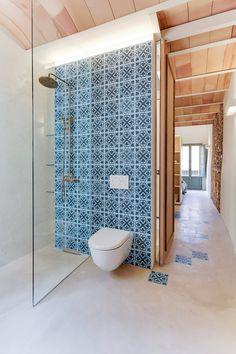 Suelo CONTINUO Bathroom Interior, Bathroom Ideas, Cozy House, Home Goods, Tiles, Sweet Home, Bathtub, House Design, Interior Design