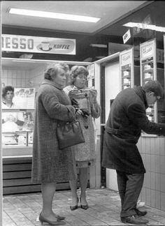 Rotterdam - West Kruiskade met de ''wereldberoemde'' Haes automatiek. 1964