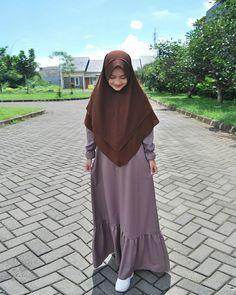 Pin Image by Hijabi Manis Modern Hijab Fashion, Muslim Women Fashion, Islamic Fashion, Abaya Fashion, Fashion Dresses, Hijab Style Dress, Casual Hijab Outfit, Mix Match Outfits, Moslem Fashion