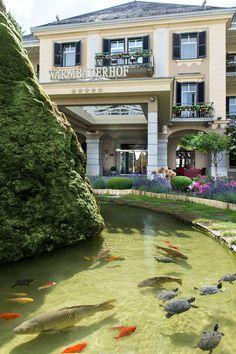 Eingang vom Hotel Warmbaderhof ***** mit Brunnen Das Hotel, Garden Landscaping, Pond, Gardening, Mansions, Landscape, House Styles, Decor, Lakes