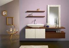 Lichte houtkleuren met een witte spiegel en wasbak bieden een leuk beeld. Simpel, maar creatief!