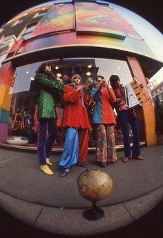 retro The Fool were a Dutch art/design/music collective who had a tremendous impact on London psychedelic scene between 1967 and Alth. 70s Aesthetic, Aesthetic Vintage, Aesthetic Pictures, Fashion 60s, 70s Inspired Fashion, Combi Ww, Cult, Doja Cat, Indie Kids