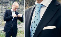 Daniel, elegante novio con corbata azul cielo con topos azul marino ¡Nos encanta!  {Foto, Marga Gómez} #novio #groom #tendenciasdebodas