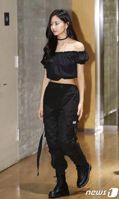 8日、ガールズグループ「TWICE」がソウル・麻浦区のCJ E&Mセンターで行われたMnet「M Countdown」フォトタイムに登場した。 ヒップホップファッション, K-popファッション, 韓流ファッション, ファッションコーデのアイデア, ステージ衣装, パワフルな女性, カジュアルウェア, ガウン