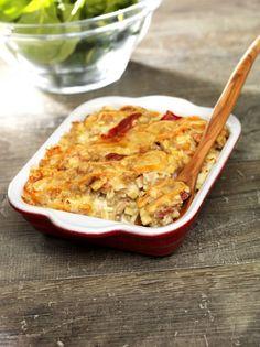 Pâte alimentaire traditionnelle de Savoie, le Crozet est une petite pate carrée à base de farine de sarazin ou de blé dur. La pâte était abaissée au rouleau puis découpée à l'aide d'un hachoir spécifique ! Aujourd'hui, les crozets sont commercialisés partout en France et permettent de diversifier certains plats de montagne comme la tartiflette devenant ici une délicieude et savoureuse croziflette, de quoi vous réchauffer une longue soirée d'hiver.