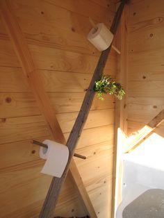 Heinäseipäästä wc-paperiteline kesämökin käymälään
