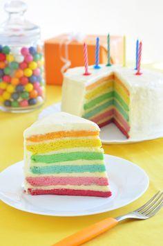 Ein selbstgemachter Regenbogenkuchen bringt Kinder- und Erwachsenenaugen zum Leuchten. Wir haben ein leckeres Rezept für die farbenfrohe Kuchenkreation!