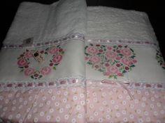 Jogo de toalha com barrado e bordada em ponto cruz