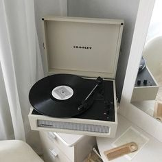 Cream Aesthetic, Music Aesthetic, Aesthetic Bedroom, Aesthetic Vintage, Aesthetic Colors, Aesthetic Lockscreens, Sweet Night, Vintage Records, Record Player