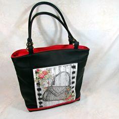Valentýna-kabelka Elegantní kabelka,jednoduchého střihu pro každodenní využití ušitá z černé a červené koženky přední díl zdobí panel s motivem kabelky v černobílé zapínání na zip uvnitř jedna zipová kapsa na jedné straně na druhé straně dvě menší,jedna uzavíratelná suchým zipem spodní díl je odšitý 11 cm rozměr v horní části je 38 cm ...