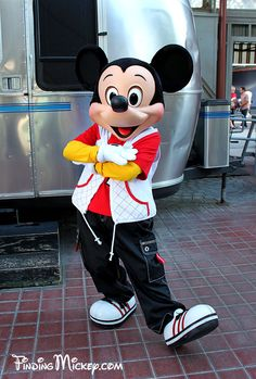 MickeyMouse - Disneyland Resort Costumed Characters - FindingMickey.com