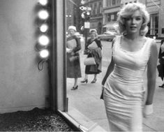 Marilyn window shopping in New York photographed by Sam Shaw