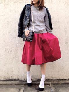 2015冬〜春は、メイクに赤を使うのが大ブーム。おしゃれな人たちの間では、ファッションのワンポイントにも赤を入れるのが熱いです!【ニット帽など赤小物】【赤セーター・赤カーディガンなどのトップス】【赤スカート・パンツなどボトム】【赤ソックス】【赤スニーカー・シューズ】に分けて、赤を差し色にしたコーデをまとめました