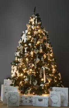Glamour-kerstboom van Riviera Maison. Geef je huis een glamoureuze uitstraling met een prachtig versierde kerstboom met accessoires van Riviera Maison. Kerstballen van glas in een sierlijke vorm, sterren en engelen van zilverdraad en andere ornamenten in zilver-en parelmoerkleur zorgen voor een kerstboom met stijl. Let ook op de kerstverlichting in de vorm van kroonluchters! Riviera Maison
