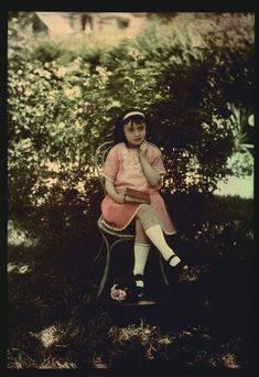 Autochrome, petite fille un livre à la main, vers 1910 - Antiq Photo - Musée - [( 04. Autochromes|supprimer_numero)] - Achat, vente et estimation gratuite d'appareils photos anciens, de photographies de collection et de daguerréotypes.