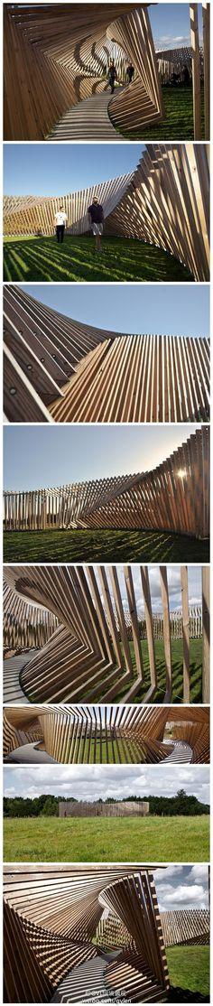 Denmark, annular path:这是一个安装在丹麦亚勒鲁普的永久性艺术装置。200个木框沿着一条直径20米的水泥路组成一个高3米的环形通道。光影在这里跳跃移动,附近的音响系统发出专门配置的能够跟随人们行径互动的混音,让这个雕塑作品变成一个无穷奇趣的乐器。