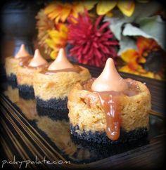 Black Bottomed Mini Caramel Pumpkin Cheesecake Bites- For Thanksgiving dessert? Köstliche Desserts, Delicious Desserts, Dessert Recipes, Yummy Food, Cookie Recipes, Dinner Recipes, Cheesecake Bites, Pumpkin Cheesecake, Caramel Cheesecake
