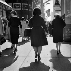 Street Gallery of photos taken by the photographer Vivian Maier. One of multiple galleries on the official Vivian Maier website. Vivian Maier, New York Street, New York City, Chicago Street, Vintage Photography, Street Photography, Urban Photography, Photo New York, Fritz Lang