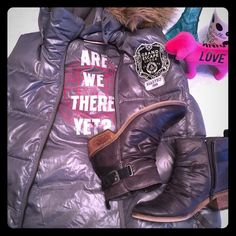 VS Pink puffy vest I am obsessed with this vest. It is in perfect condition & has a hood that buttons on & off. Prefect for layering! PINK Victoria's Secret Jackets & Coats Vests