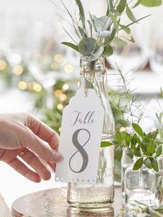 12 Tischkarte weiβ Hochzeit. Tischkarte elegant aus Karton weiβ mit Schnur demn Vasen oder den Flasche zu hängen. Dimension: 7 x 13 cm. Die Nummer gehen von 1 bis 12.