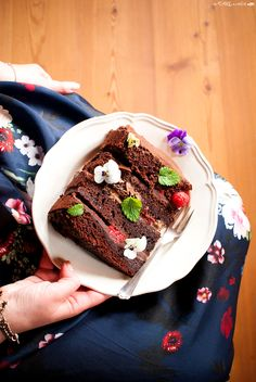 Birthday naked cake with chocolate and raspberries - Torta di compleanno a strati con cioccolato e lamponi - In my hands