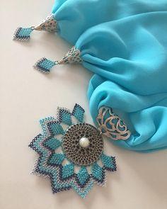 """Instagram'da Tuğçe Özcan: """"❄️💙❄️ Sipariş ve fiyat bilgisi için 👉🏻 dm lütfen. (Modellerimiz istenilen renklere uyarlanabilir.) ~•~•~•~•~•~•~•~ #hediyelik #tasarım…"""" Point Lace, Scarf Jewelry, Garden Ornaments, Button Crafts, Elsa, Knots, Needlework, Garden Design, Brooch"""