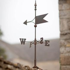 """Gusseiserne Wetterfahne """"Wind dreht nach Ost, Nebel kommt auf ..."""" Die Ankunft von Mary Poppins lässt sich damit vielleicht nicht voraussagen, aber die Windrichtung allemal. Zusammen mit der rustikalen Optik des charmanten..."""
