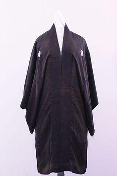 Haori .Tecido. Sem local, sem data. Doador desconhecido. Acervo Museu da Imigração de São Paulo. O haori é um tipo de casaco que se usa por cima do kimono em dias frios. O que aparece na imagem é um haori masculino. Mais curto que um kimono, é usado em ocasiões formais por cima deste, junto com uma calça. Autora da foto: Angélica Beghini.