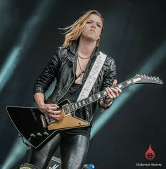 Lzzy Hale: Front Lady for the band Halestorm. Lzzy Hale, Nu Metal, Glam Rock, Pretty Girl Images, Bass, Heavy Metal Girl, Alan Ashby, Classic Rock And Roll, Women Of Rock