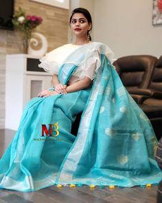 Beautiful Brocade Blouse transformed the plain saree look Saree Blouse Neck Designs, Stylish Blouse Design, Saree Blouse Patterns, Fancy Blouse Designs, Pattern Blouses For Sarees, Brocade Blouse Designs, Saree Trends, Blouse Models, Stylish Sarees