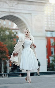 Gorgeous vintage style outfit with coat. Vintage Outfits, Vintage Style Dresses, Classic Dresses, Trajes Pin Up, Retro Fashion, Vintage Fashion, The Pretty Dress Company, Pop Art, Vintage Mode