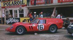 """24 HORAS DE LE MANS, 1962 - Estacionado frente a los boxes antes de la salida de la carrera se encuentra el famoso Ferrari """"Breadvan"""" carrozado por Piero Drogo. Destaca la bandera de Venecia en la aleta delantera. Fue pilotado por Carlo Maria Abate y Colin Davis, y a pesar de que todo iba bien en las vueltas iniciales empezó a mostrar problemas de transmisión y se retiró a la cuarta hora. (© Klemantaski Collection / Ferrari 250 GTO: The History of a Legend)."""