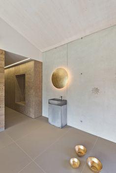 Waschbecken_Betonwand_Lederwand_Beleuchtung Bathroom Lighting, Mirror, Furniture, Home Decor, Concrete Wall, Vanity Basin, Lighting, Bathroom Light Fittings, Bathroom Vanity Lighting