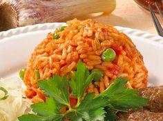 """Der serbische Djuvec-Reis - sprich: """"Dschuwetsch""""-Reis - ist ein würziger Reis mit Paprika und Erbsen. Wir zeigen wie's geht."""