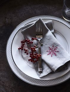The Christmas table: in three looks
