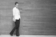 look-flare-jeans-maxi-colar-tshirt-branca-tranparencia-bolsa-branca-blazer-bege-drops-das-dez-5