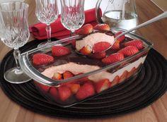 Que tal preparar hoje mesmo esse delicioso bombom de morango na travessa? É muito fácil de fazer e fica incrivelmente saboroso!