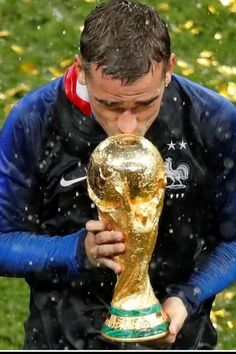 France's Antoine Griezmann kisses the trophy to celebrate winning the World Cup 2018 Antoine Griezmann, Soccer World Cup 2018, Fifa World Cup, Football Is Life, Football Soccer, Champion Du Monde Foot, History Of Soccer, World Cup Trophy, France Team