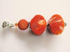 Hanger met oranje ovale agaat, bruine muntkraal parelmoer en klein kristalglas facet kraaltje. geheel zilver. www.doloressieraden.nl