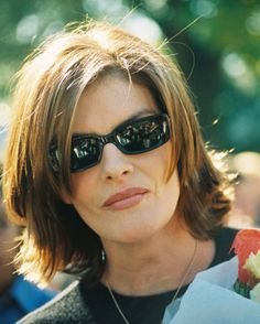 Rene Russo I love the hair style (with more layers), but I would have to find these sunglasses - ya think! Mom Hairstyles, Pretty Hairstyles, Hairdos, Medium Hair Styles, Curly Hair Styles, Grey Hair Over 50, Rene Russo, Great Haircuts, Hair Heaven