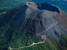 Gunung Vesuvius adalah gunung api strato yang berbentuk seperti kerucut, terletak di Teluk Napoli, Italia. Gunung semacam ini semakin lama akan semakin bertambah tinggi