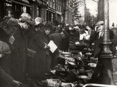 Rommelmarkten. Grote drukte op de Noordermarkt te Amsterdam, Nederland 1930-1940.