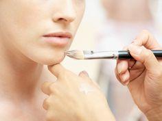 Οι περισσότερες γυναίκες χρησιμοποιούν make up όταν βάφονται, αλλά δεν το απλώνουν όλες με τον σωστό τρόπο.